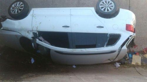 Vehiculo cayó en colector