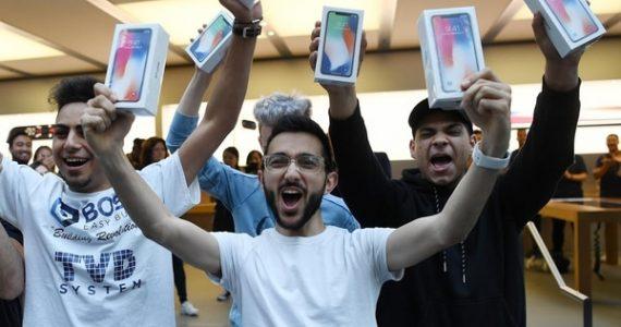 Mazen Kourouche, uno de los primeros compradores del iPhone X, muestra su adquisición junto a otros compradores durante el lanzamiento general al público del nuevo celular en una tienda Apple de la ciudad de Sydney (Australia) (EFE)