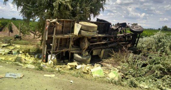 Volcó un camión, murió el conductor y hay un derrame tóxico
