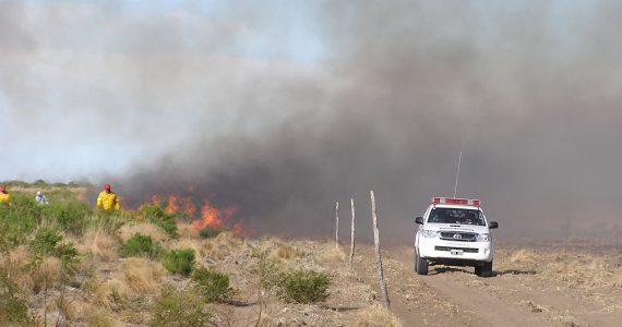 Continúan los trabajos para controlar el fuego en General Alvear