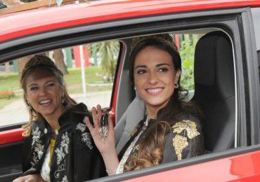 Julieta Lagos, reina nacional de la Vendimia 2018, y la virreina, María José Di Marco, recibieron los regalos.