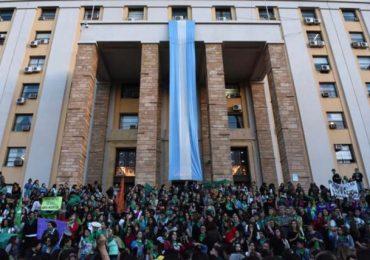 Manifestantes a favor de despenalizar el aborto en la explanada de Casa de Gobierno.