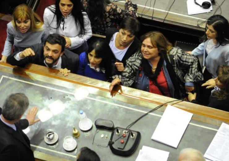 Los diputados cuestionaron a Emilio Monzó, presidente de la Cámara por seguir el debante mientras hay incidentes afuera del Congreso -