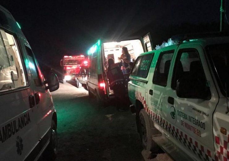 Desesperado rescate de dos hombres atrapados por la crecida del río en San Carlos